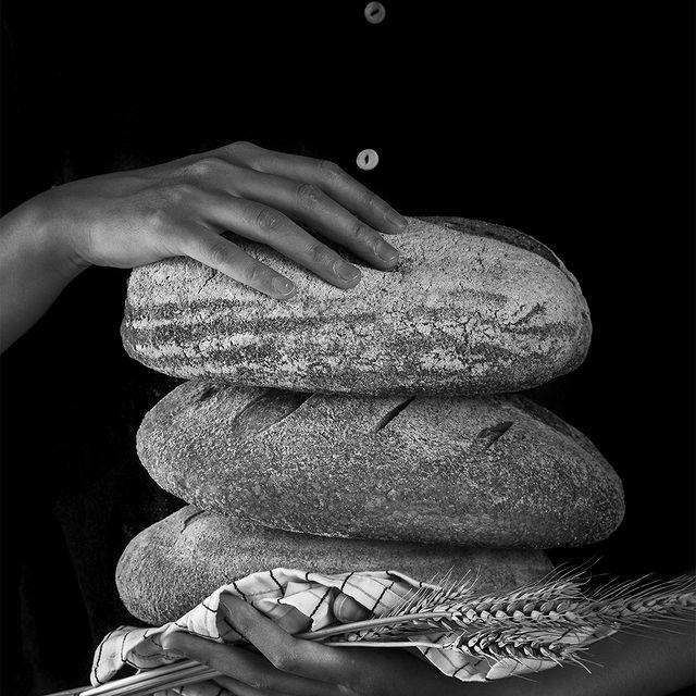 En France, l'une des premières responsabilités données aux enfants est d'aller acheter le pain à la boulangerie. Plus qu'un symbole de ce pays, le pain représente une culture, une histoire et une tradition . In France, one of the first responsabilities to be given to children is to go buy some bread on their own at the bakery. More than a French symbol, bread, represent a culture, a history and a tradition . . . #9confidentiel #culture #bread #food #FrenchCulture #France #yummy #noiretblanc #9hotelcollection #pain #tradition #boulangerie