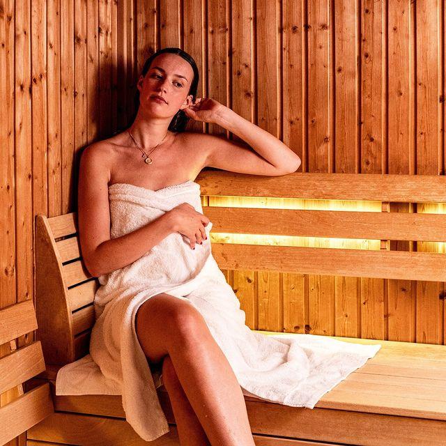 On s'inspire des pays nordiques avec notre sauna finlandais. Cet espace de détente est accessible tous les jours de 06h30 à 22h30 et nous mettons à votre disposition des serviettes, des transats ainsi qu'une douche et un vestiaire.   Our Finnish sauna is inspired by the Nordic countries. The sauna is open daily from 6:30 am to 10:30 pm and is equipped with towels, sun beds, a shower and changing room.   #9hotelcollection #9hotelsablon #brussels #brussel #bruxelles #hotelbrussels #brusselshotel #cityguide #brusselsview #tophotels #bonneadressebruxelles #luxuryaccommodation #boutiquehotel #boutiquehoteldesign #sauna