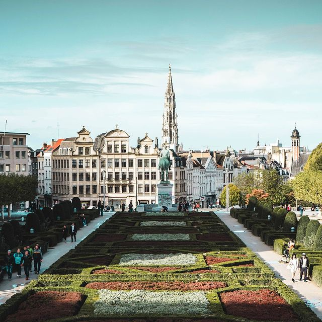 On vous donne une raison de visiter Bruxelles ?  C'est l'une des villes les plus vertes d'Europe. Il vous suffit d'arpenter la ville pour remarquer que la moitié de la surface est constituée de parcs, de forêts et d'autres espaces verts 🌳 🌲 🍂  Do we need to give you a reason to visit Brussels?  It is one of the greenest cities in Europe. You only have to walk around the city to notice that half of the surface area is made up of parks, forests and other green spaces  - #9hotelcollection #9hotelsablon #brussels #brussel #bruxelles #bruxellesmabelle #brusselsbelgium #brusselscity  #hotelbrussels #brusselshotel #cityguide #brusselsview #tophotels #bonneadressebruxelles #luxuryaccommodation #boutiquehotel #traveleurope #boutiquehoteldesign