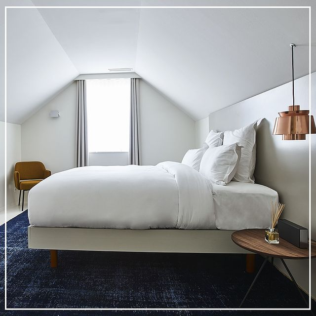 What if we went back to sleep . L'appel du sommeil . . . #9hotelbrussels #brussels #belgium #bed #bedroom #9hotelcollection #cosy #interiordesign #design #lamp #armchair #decoridea #whitebed #sleep #hotel #visitbrussels #tourist