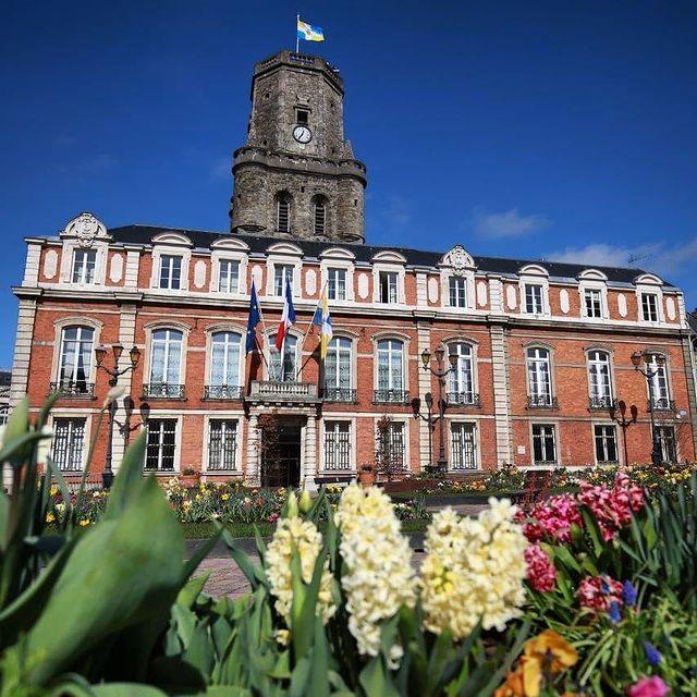 """Avec 4 fleurs 🌼🌼🌼🌼 au label """"villes et villages fleuris"""", la @ville.boulognesurmer apporte un soin particulier à tous les parterres et à la végétation 🌱 de la ville, pour notre plus grand bonheur 😍 Ici, un jardin printanier 🌷 a investi la place Godefroy de Bouillon, mettant en lumière le beffroi classé depuis 2005 au patrimoine mondial de l'UNESCO 👌 #autopcotedopale #Boulognesurmer #Boulonnais #hautsdefrancetourisme #pasdecalaistourisme #oldcity #beffroi #hautsdefrance #cotedopale"""