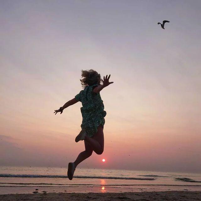 La recette d'une photo souvenir parfaite d'un séjour au top, en Côte d'Opale : 🎨 un coucher de soleil aux couleurs opalescentes sur la plage 🕊️ une mouette 🔥de l'énergie brute  Merci 📷 @pierrotleroy pour cette belle photo 😍 #autopcotedopale #seaside #LePortel #plage #sunsetlovers #hautsdefrancetourisme #pasdecalaistourisme #summervibes #photosouvenir #cotedopale