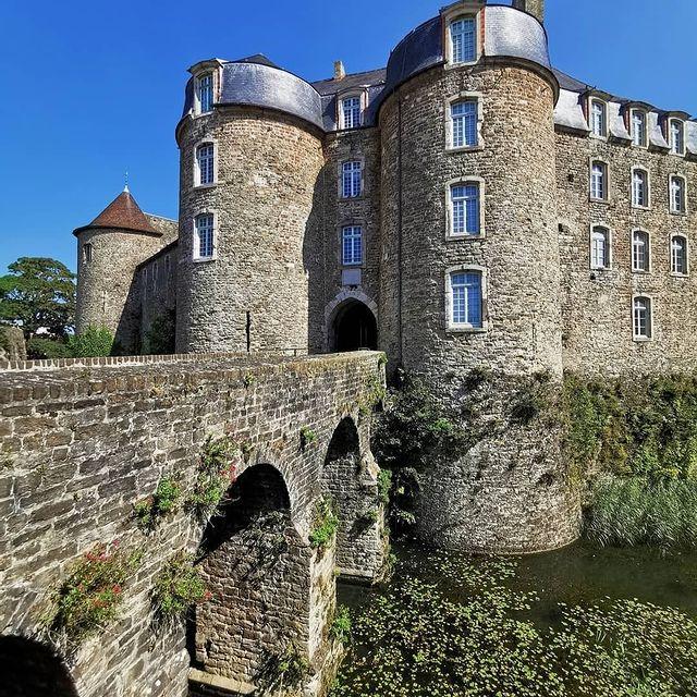 L'imposant château de Boulogne-sur-Mer du 13ème siècle a été construit sans donjon et a la forme d'un polygone légèrement irrégulier à 9 côtés, avec une tour ronde à chacun des angles 🕵️♂️ Merci pour le partage 📷@chtitephoto #autopcotedopale #Boulognesurmer #chateau #castle #oldcity #oldtown #hautdefrancetourisme #pasdecalaistourisme #schloss #altstadt