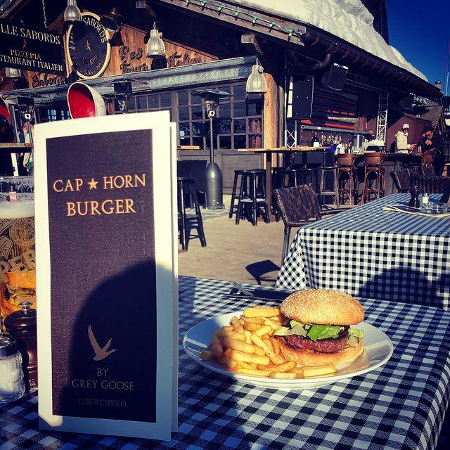 🍔🍟 Quoi?!! Un Burger Frites perché à 2100 m d'altitude au Cap Horn pour seulement 16€ !!! 🍟🍔 Oui c'est possible ☀️ Rdv au snack du Cap Horn pour retrouver Igor et son équipe au soleil de leur terrasse ☀️🍻🍔🍟 #caphorncourchevel #caphornrestaurant #maisontournier #caphorn #snack #burger #burgerlover #terrasse #frites #crazyteam #maisontournierstyle #courchevel #courchevel1850 #ontheslopes #sunnyplace #beautifulplace #goodfood #gooddrinks #goodpeople #thisiscourchevel