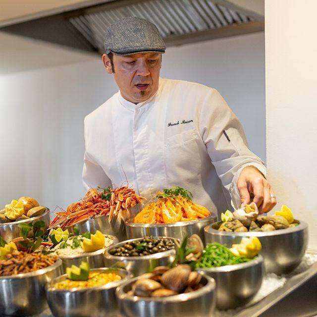 Face à l'un des plus beaux panoramas de l'île, le Café Clara vous accueille dans une ambiance résolument conviviale. Le buffet de fruits de mer, qui a fait la renommée du lieu, est au centre de toutes les attentions. Les produits marins, variés et gourmands, y sont sublimés par de subtiles saveurs. Retrouvez également chaque jour un menu du marché généreux inspiré par le terroir bellilois... . . #bretagne #bretagnetourisme #tourismebretagne #belleileenmer #belleile #belleîle #france #francetourisme #tourismefrance #tourisme #france4dreams #vacances #vacancesenfamille #weekend #hotel #hoteldeville #hotellife #hoteldesign #hotelsoftheworld #4star #4starhotel #spa #gastronomie #gastronomiefrançaise #bienetre #thalasso #relaischateaux #thalion #nuxe #JeRedécouvrelaFrance  @relaischateaux @tourisme_bretagne @otbelleile @nuxe @thalionfrance