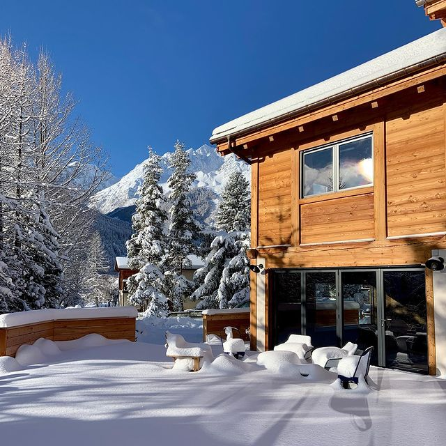 🔥Last minute 🔥 offre spéciale chalet Hogan du 10 au 17 janvier au tarif de 5000€ - 7 chambres - piscine - homecinema #evasion #voyage #spa #swimmingpool #allinclusive #winterholiday #chaletluxe #homecinéma #winterseason2020 #luxurytravel #luxurytraveler #skichalet #montagne #chaletprestige #mountainholiday  #beautifuldestinations #luxurychalet #chaletrent #instatravel #instamountain  #serrechevalier #skiresort #familytime #woodchalet #picoftheday #winterseason
