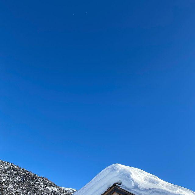 Dimanche de janvier à Serre Chevalier ☀️☀️☀️#evasion #voyage #spa #swimmingpool #allinclusive #winterholiday #chaletluxe #homecinéma #winterseason2020 #luxurytravel #luxurytraveler #skichalet #montagne #chaletprestige #mountainholiday  #beautifuldestinations #luxurychalet #chaletrent #instatravel #instamountain  #serrechevalier #skiresort #familytime #woodchalet #picoftheday #winterseason