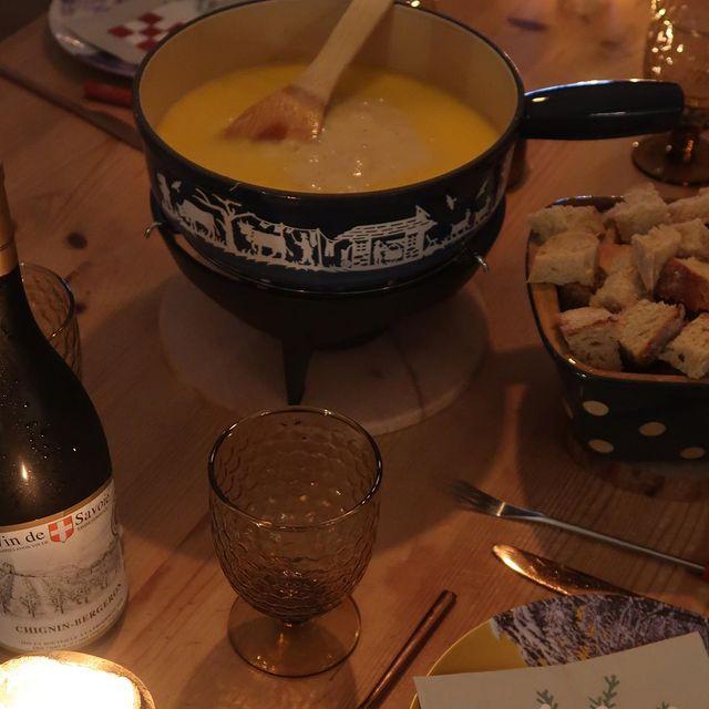 Fêter les bonnes nouvelles autour d'une fondue suisse 🍾🍾 #evasion #voyage #spa #swimmingpool #allinclusive #winterholiday #chaletluxe #homecinéma #winterseason2020 #luxurytravel #luxurytraveler #skichalet #montagne #chaletprestige #mountainholiday  #beautifuldestinations #luxurychalet #chaletrent #instatravel #instamountain  #serrechevalier #skiresort #familytime #woodchalet #picoftheday #winterseason
