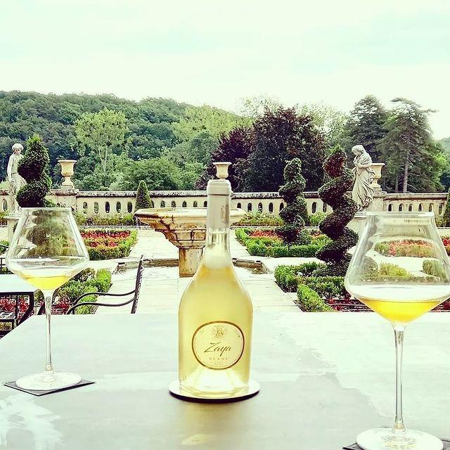 Enjoying an iced cold glass of the light, crisp, and refreshing BLANC DE ZAYA (Saint-Émilion White Wine by @ChateauZaya) on the terraces of Beauvois. 🥂