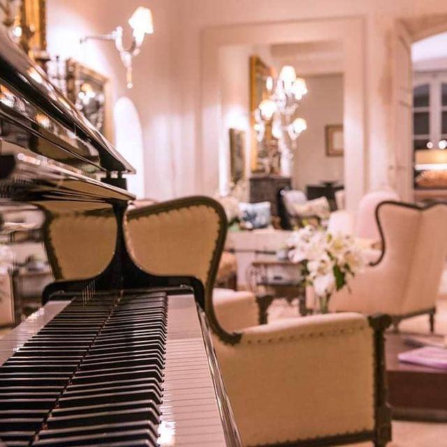 ❤️ Que diriez-vous d'un moment de détente dans le lobby de l'hôtel ?  🥳 OFFRE SPÉCIALE TOUSSAINT 🤩 👉 Profitez des vacances de la Toussaint pour découvrir le Château de Massillan. Une nuitée réservée = 20% sur les massages, et sur l'accès au SPA. ⭐️Réservez en ligne sur www.chateaudemassillan.fr ou par téléphone 04 90 40 64 51  . #provence #luxuryplaces #spa #spaday #hotel #fourstarshotel #luxuryhotel #travel #holidays #igersfrance #vaucluse #tourisminprovence