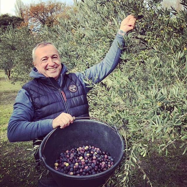 Vendredi , avec Marie et Damien, notre jardinier, nous avons bravé le froid pour récolter les olives du Domaine de la Guicharde, à quelques kilomètres du Château de Massillan. C'est là que nous produisons notre huile d'olive et notre vin, bio évidemment, directement servi à votre table. Vivement la réouverture, qu'on puisse vous faire goûter tout ça ! Bon week-end à tous, prenez soin de vous et mettez un bonnet !. . . #provence #provencelovers #provencemylove #uchaux #orange #vaucluse #bio #potager #bioaddict #olive #oliveoil #frenchfood #frenchtable @_ecotable_ @michelinguide @gaultetmillaufr @laurent.mariotte @pascal_legitimus
