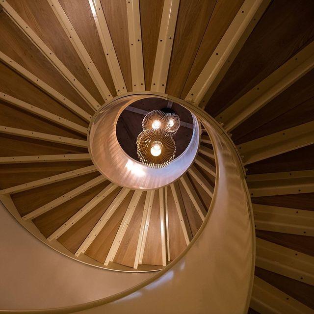 Le sens du détail et l'ominiprésence du bois... Au Château de Massillan, Marie et Didier ont pris soin de privilégier le bois dans la rénovation des lieux et la création du bio spa. Chaleureux, écologique, c'est l'emblème des lieux.  #hôtel #luxuryplaces #luxuryhotelsoftheworld #wooddesign #boiserie #bois #decorationinterieur #decorationinterieur #chateaudemassillan #4starshotel