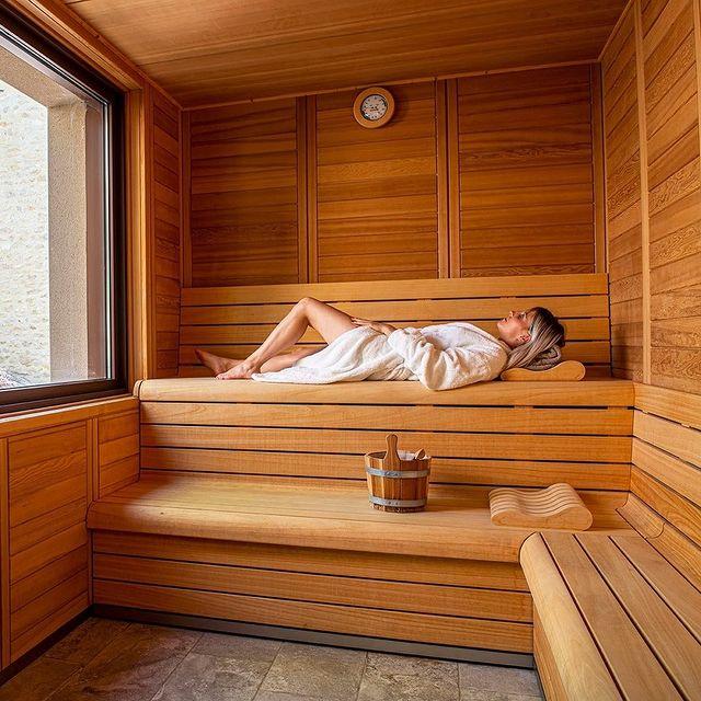 Avec le froid qui s'installe, un sauna serait plus que bienvenue... Patience... Commandez à votre père noël préféré un bon cadeau avec accès au Spa et profitez dès la réouverture du Château d'un moment de détente exceptionnel.  #spa #spaday #sauna #saunatime #saunaauxherbes #détente #relaxation #boncadeau #noël #sefairedubien #chateaudemassillan