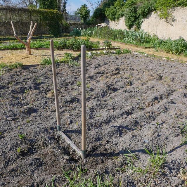 Petite devinette : comment s'appelle cet objet et à quoi sert-il ? A vos réponses en commentaire !  #potager #chateaudemassillan #jardinage #jardin #provence #vaucluse