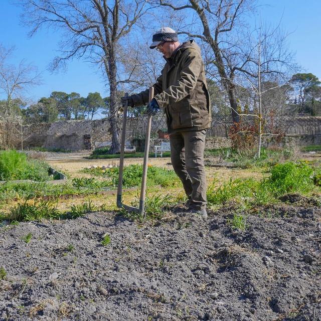 Alors, vous avez trouvé le nom de ce drôle d'engin ? Il s'agit de la Grelinette ! Un outil pour retourner et aérer la terre que notre jardinier @Damien Tourre manie à perfection ! 1. On plante dans le sol 2. On monte dessus 3. On retourne doucement la terre Séance de sport en plein air garantie ! 😂  #potager #fitness #jardinage #chateaudemassillan #agriculture #provence #jardinage