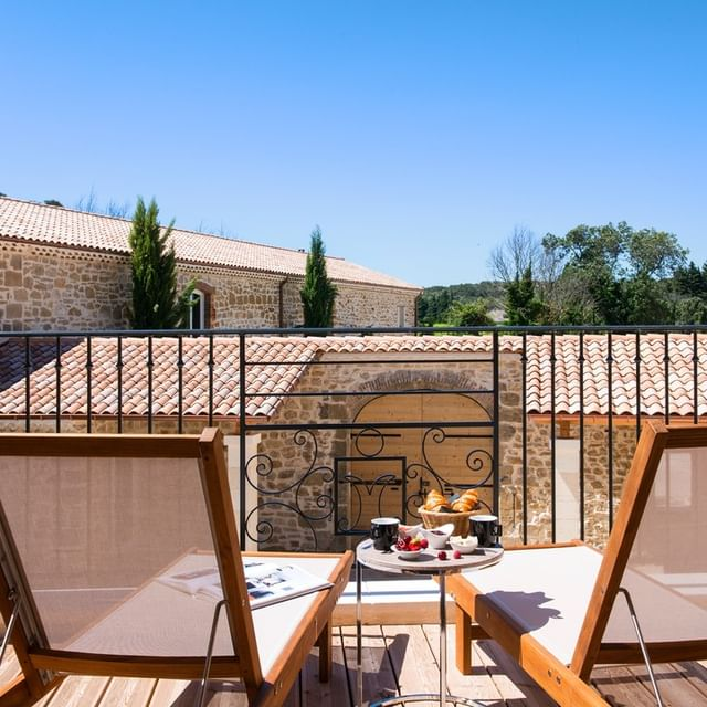 🍃Nos chambres avec terrasse n'attendent que vous pour un moment de détente... 🛎Découvrez nos offres d'hébergement ici : https://cutt.ly/QmqBUTt  #hotel #farniente #blue #swimmingpool #holidays #provence #chateaudemassillan #detente #relax #ecoresponsable