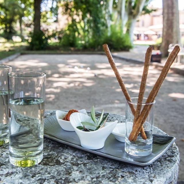 🌞Apéro/Pétanque, au Château de Massillan, c'est possible aussi ! Ici, nous cultivons le chic décontracté ! Réservez votre séjour chez nous. 🌐www.chateaudemassillan.fr 📞04 90 40 64 51 📧contact@chateaudemassillan.fr  #hotel #farniente #blue #swimmingpool #holidays #provence #chateaudemassillan #detente #relax #ecoresponsable