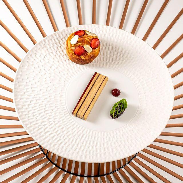 [𝗥𝗘𝗦𝗧𝗔𝗨𝗥𝗔𝗡𝗧 𝗟𝗘 𝗠 ⭐] Le Foie gras. Symphonie graphique pour palais exigeants.  📌Château de Massillan 730, Chemin de Massillan  84100 Uchaux ⭐Restaurant Le M Ouvert les mercredis, jeudis, vendredis et samedis de 19h30 à 21h. 🍴Bistro Madi Ouvert du mercredi au dimanche pour le déjeuner et le dimanche également pour le dîner. ☎Tél : +33 (0)4 90 40 64 51 📧contact@chateaudemassillan.fr  #restaurant #food #foodie #foodporn #instafood #dinner #foodlover #bar #yummy #delicious #foodphotography #foodstagram #lunch #instagood #cafe #chef #love #foodblogger #hotel #foodies #tasty #eat #wine #restaurant #foodgasm #healthyfood #travel #bhfyp #bio #michelinstar #michelinstar #michelinguide #food #chef #foodporn @foodphotographer_provence @mickael.furnion