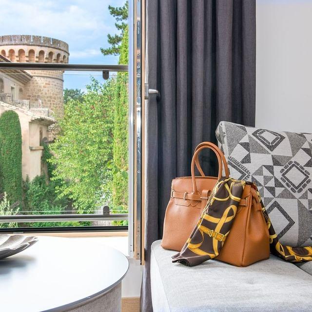 [𝗛𝗢𝗧𝗘𝗟 𝗘𝗖𝗢 𝗥𝗘𝗦𝗣𝗢𝗡𝗦𝗔𝗕𝗟𝗘] Chambre avec vue... Quand le contemporain flirte avec l'ancien, cela donne toujours de belles histoires d'amour.   📌Château de Massillan 730 chemin de massillan 84 100 Uchaux ☎️Tél : +33 (0)4 90 40 64 51 📧contact@chateaudemassillan.fr 🌐www.chateaudemassillan.fr #travelingram  #instatravel #instatraveling #tourist #tourism #tourists #trip #phototravel #instatrip #view #sky #hotel #pictureoftheday #picoftheday #photo #photography #beautiful #enjoylife #hotels #hotel  #luxury  #provence #vaucluse #avignon
