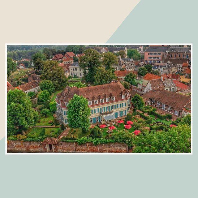 ⚜️Élégance au Château ⚜️  Un « Hôtel très Particulier »  En plein cœur des Hauts de France à équidistance de Paris, Bruxelles et Londres, tout proche de la station balnéaire du Touquet, le Château de Montreuil vous accueille au sein de son parc clos, verdoyant et magnifiquement fleuri. Réputé comme l'un des fleurons de l'hôtellerie et de la gastronomie de la Côte d'Opale, cette belle bâtisse a été construite par la famille Fould-Springer pour accueillir dans un lieu convivial et spacieux, sa famille et ses amis pour les vacances.  Ce lieu singulier qui allie l'architecture des années 1930 à une décoration contemporaine colorée, se niche dans un parc aux arbres séculaires qui ont « vu » de nombreuses personnalités. De Roger Moore à Whitney Houston, des descendants des Fould-Springer à la famille royale d'Angleterre, marchez sur leurs pas et venez découvrir un lieu empreint d'histoire et de sérénité.  [📍 Montreuil Sur Mer] . . @otmontreuil   🔝🌺🔝🌳 . . Tags 🍂 #chateaudemontreuil #livinghotelscollection #lovemontreuilsurmer #cotedopalepouretremieux #experiencescotedopale #hautsdefrance #vueduciel #jardinsàlafrançaise #gardens #ig_monument #world_besttravel #ig_monumentalworld #travelgram #france🇫🇷 #patrimoine #wonderfull_places #colors_of_day #gardendesign #jardinsalafrancaise #jardinsremarquables #healinggardens #castle