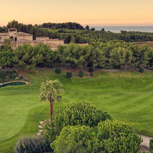 En mai, profitez des longs week-ends qui s'offrent à vous pour vous évader en plein coeur de la Provence 🧡 . . . #dolce #dolcefregate #fregateprovence #provence #var #weekend #weekendprolongé #mai #enmaifaiscequilteplait #nature #golf #mer #coucherdesoleil #beautiful #sunset #relax #enjoy #enjoytheview