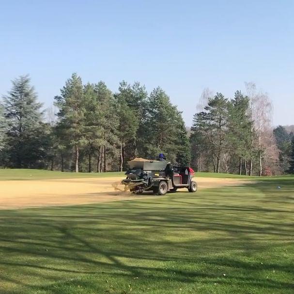 Ça carotte, ça carotte..... notre équipe Greenkeeping a entamé le carottage des greens depuis la semaine dernière ......Encore un peu de patience avant de retrouver ´ parcours au top pour votre plus grand plaisir !!!! ...... Parce que vous le valez bien 🤩😎😉 #instagolf #instagolfers #golfy #golfystador #ffgolf #legolfcestpourlavie #golfmoment #golfeuses #golfeurs Golfy