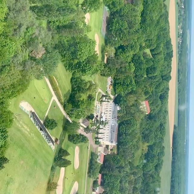 On vous offre le survol du domaine et du golf en Hélicoptère 🚁.... ! Et oui nos clients viennent en hélicoptère !!! Merci à eux pour ce baptême de l'air.....!