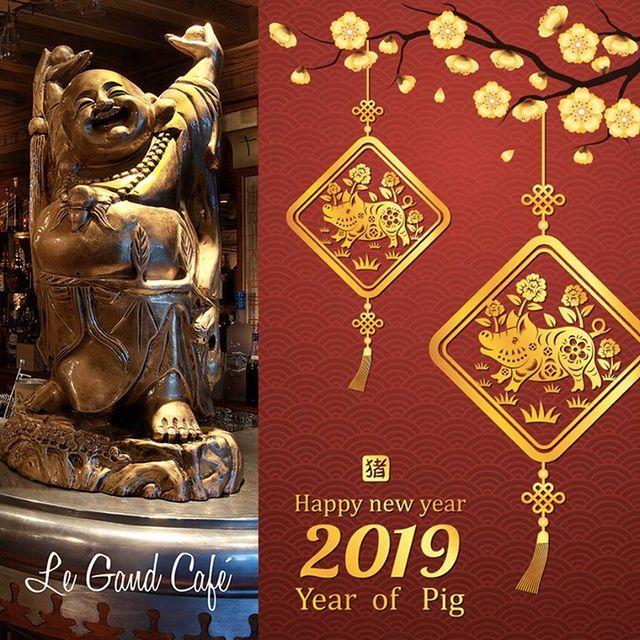 Bonne Année Chinoise 🇨🇳 ! L'horoscope chinois annonce que l'année du Cochon 🐷 est un symbole de chance 🤞🏼et de prospérité 💰  Happy Chinese New Year 🇨🇳 ! The Chinese horoscope announces the year of the Pig 🐷 which is a symbol of luck🤞🏼 and prosperity 💰  春节快乐 🇨🇳 !  #legrandcafecourchevel #chinesenewyear #courchevel #thisiscourchevel #bonneanneechinoise #restaurantcourchevel #goingoutcourchevel #春节快乐 #luck #yearofthepig