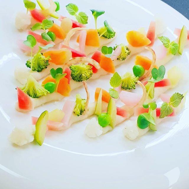 Méli-mélo 🥕 de légumes 🥦 #fresh 🍆 #alsacefood #gastronomie #homemade #delicious #instafood #foodporn @hostelleriedeschateaux #gastronomiefrancaise 📷: @simonmartin1527