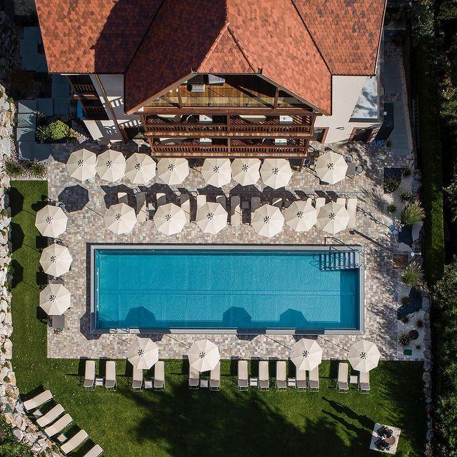 #hostelleriedeschateaux ❤️ #hotel #spa #ottrott #alsace 🥨 #piscineexterieure 💧#piscinechauffée 🔥 #piscinetime 💦#piscinedereve 🏊🏼♂️ #commeunpoissondansleau 🐟