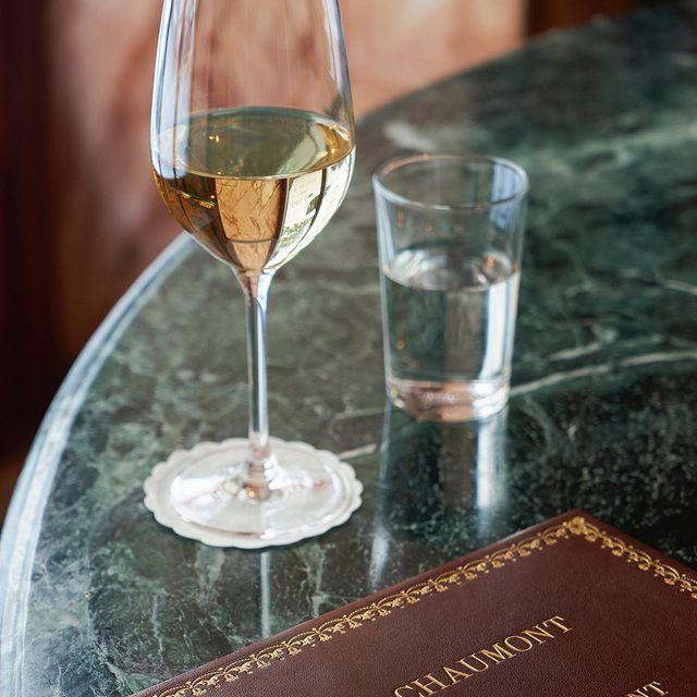 En position sur le Bar du @lebarchaumont, du vin nature et français sélectionné auprès de vignerons indépendants, qui séduisent autant les grands connaisseurs que les amateurs curieux !