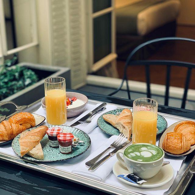 Quoi de mieux qu'un bon petit déjeuner pour commencer une longue journée de découverte des rues de Paris ?  . . . #hotelbachaumont #bachmontorgueil #vivremontorgueil #restaurantbachaumont #lecomptoirbachaumont #paris #hotel #hotelparis #morning #summer