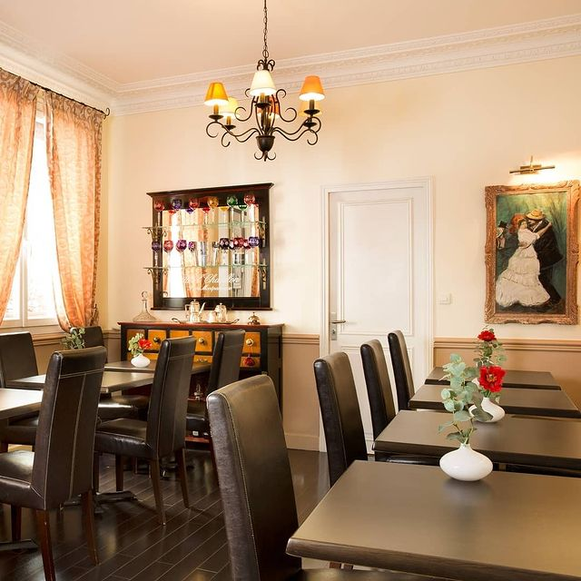 A touch of colour, a few pieces of art, and vintage furniture for a delightful breakfast room!