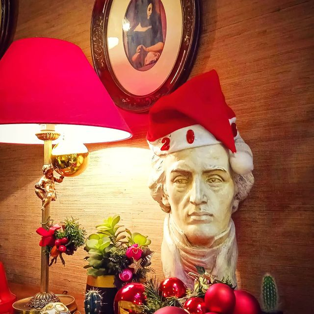 🌟🎅🎄Toute l'équipe de l'hôtel Chopin ainsi que Clarinette vous souhaite un Joyeux Noël et une belle fin d'année. En espérant vous retrouvez au plus vite !! 🎄🎅🌟 Prenez soin de vous et votre famille 🤍  🌟🎅🎁 The hôtel Chopin's team and Clarinette wish you a Merry Christmas and a  happy New Year.  We hope to welcome you soon !! 🎁🎅🌟 Take care of you ans sur famille 🤍  #hotelchopin #hotel #paris #christmas #happynewyear #hotelcharme #charminghotel #boutiquehotel #hotelparis #instahotel #hotelopera #passagejouffroy #picoftheday #voyage #travel #france #grandsboulevards #montmartre #vacances #holidays #igerstravel