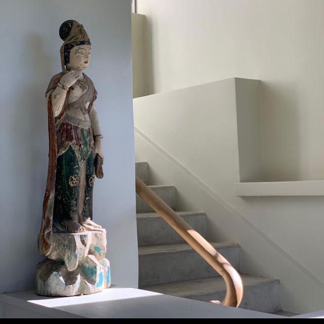 [D'UNE RIVE A L'AUTRE] 🔛 Nous avons d'abord écrit une histoire en Ardèche: celui d'un lieu d'exception, hôtel flanqué entre ciel et terre, en coeur de cette ville de Tournon-sur-Rhône qui nous a ouvert ses bras et avec qui le chemin se poursuit dans l'enchantement.  🔛 Aujourd'hui nous écrivons une nouvelle histoire en Drôme: nous proposons à la location une maison privée posée dans un domaine de 23 ha au coeur de l'appellation Crozes Hermitage, bijou de confort et d'élégance.  🔝 La maison porte un nom: Le Clos de la Garelle - on y accède discrètement, on peut y dormir jusqu'à 12 personnes, on y trouve tous les équipements modernes, on y poursuit notre philosophie d'un accueil sur-mesure et on sollicite les équipes de #hoteldelavilleon pour tout renseignement.  🔛 We promised to continue the enchantment and we are extremely pleased to announce the opening of our private property located in Drôme, in the nest of the beautiful Crozes Hermitage appellation: Le Clos de la Garelle is waiting for you, please contact our Team anytime for further details.  ✅ Contact DreamTeam: 📞 +33 (0)4 7506 9750 💌 reservation@hoteldelavilleon.com  More info: www.hoteldelavilleon.com  #hoteldelavilleon #leclosdelagarelle #drome #drôme #drometourisme #drômetourisme #privatevilla #villaprivée #villadeluxe #privatehouse #frenchvillas #luxuryvilla #frenchvilla #frenchlifestyle #frenchcountrycottage #frenchcountrycottagestyle #crozeshermitage #crozehermitage #tainlhermitage #tainlhermitagefrance #visitesendrome #visitfrance #explorefrance #auvergnerhonealpestourisme #beautifuldestinations #highendvillas