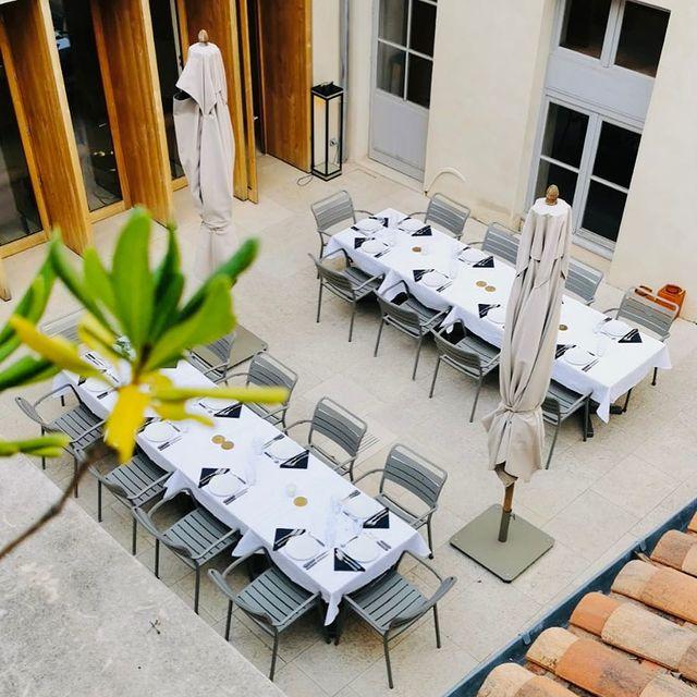 [PAUSE SECRÈTE] ✨ Il y a dans notre jolie petite cour intérieure un espace discret qui autorise des moments de convivialité en toute quiétude —— repas, petits-déjeuners, cocktails, etc…   ✨In our enchanting little courtyard there is enough space for you to experience your best moments —— dinners, breakfasts, cocktails, etc….  ✅ Contact DreamTeam: 📞 +33 (0)4 7506 9750 💌 reservation@hoteldelavilleon.com  Hôtel de la Villeon **** 2 rue Davity 07300 Tournon-sur-Rhône (Ardèche - 50mn au sud de Lyon)  www.hoteldelavilleon.com  Crédit photo @maximeyag ✌🏻  #hoteldelavilleon #hôteldelavilleon #hoteldelavilleoninstamoments #tournonsurrhone #tournon #tournonsurrhône #ardeche #ardèche #ardechetourisme #bestplacestogo #visitfrance #explorefrance #auvergnerhonealpestourisme #atoutfrance #hotelsespritdefrance #luxuryhotel #frenchhotels #frenchhospitality #hospitality #hotelinfrance #frenchhotel #welcome #bienvenue