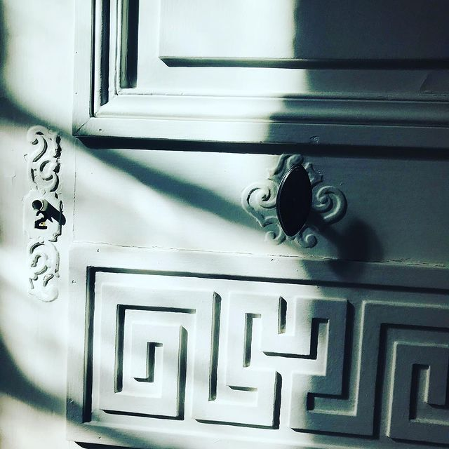 [CETTE LUMIÈRE] ✨ Quand on prend le temps de regarder, on aperçoit d'infinies petites choses, des reflets, des mouvements…  ✨ When we take the time to look around us, we can see infinite little things, we see movements, we see reflections…  ✅ Contact DreamTeam: 📞 +33 (0)4 7506 9750 💌 reservation@hoteldelavilleon.com  Hôtel de la Villeon **** 2 rue Davity 07300 Tournon-sur-Rhône (Ardèche - 50mn au sud de Lyon)  www.hoteldelavilleon.com  #hoteldelavilleon #hoteldeluxe #tournonsurrhone #tournon #tournonsurrhône #ardeche #ardèche #ardechetourisme #hermitagetournonais #ardechehermitage #auvergnerhonealpestourisme #bestplacestogo #shadows #ombreetlumiere #ombres #details #interiordecor #jeudelumiere #jeudelumière #jeuxdelumières #atoutfrance #visitfrance #explorefrance #renaîtreici #welcome #bienvenue #hotelsespritdefrance #hotelfrançais #frenchhotel #frenchhospitality