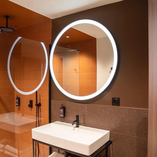 ✨ Des couleurs chaudes, une lumière douce et de la modernité, c'est ce qui vous attend dans l'une des salles de bain de chambres Familiale.  Venez vous détendre et vous reposer en famille à l'Hôtel du Port de Nogent en toute tranquillité.   🇬🇧 Warm colors, soft light and modernity, that's what awaits you in one of the Family Room bathrooms.  Come and relax with your family at the Hotel du Port de Nogent in complete tranquility.     #hotel #hotelduport #hotelduportnogent #nogentsurmarne #valdemarne #hotellerie #Paris #enjoylife #photography #besthotel #hotellife #bestaddress #getaway #beautifuldestination #cityguide #bestofparis #deco #bathroom #salledebain #homedesign