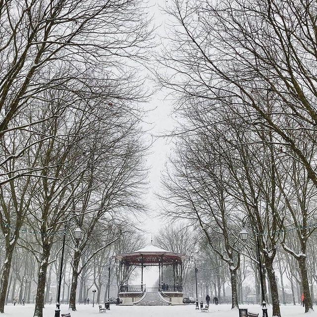It's snowing in Paris! Time to enjoy a walk in the park of the Champs Elysées ❄️ 📸 : @enilorac.tutu
