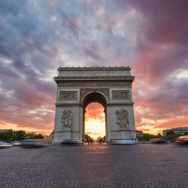 Sunset over the Arc de Triomphe😍