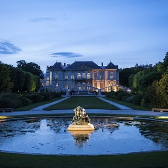 """Night out in the Rodin Museum Gardens 🌙 Enjoy the museum's garden and its exhibition """"Picasso-Rodin"""" until 9:30 pm. Come and picnic in the sculpture garden for the time of an evening (Thursdays, Fridays and Saturdays until August 28).  Practical information : 9min by car or 35min by foot from the hotel"""