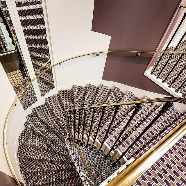Unlike Cinderella, you have plenty of time to descend the stairs and discover the Galileo...👠