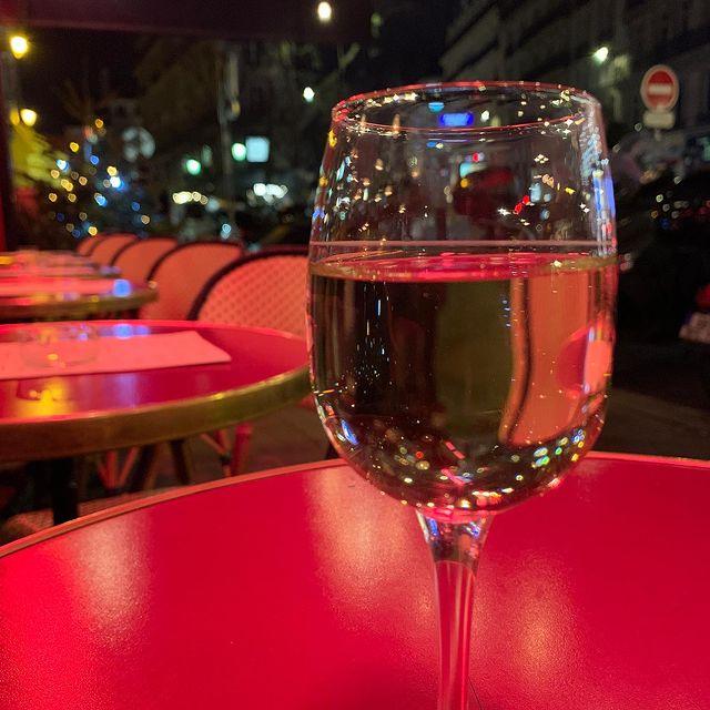 Lets celebrate 2020 in Paris !  Verre de vin blanc en Terasse 🍷#wine#vinblanc#terrasse#paris#chablis#hotellanglois