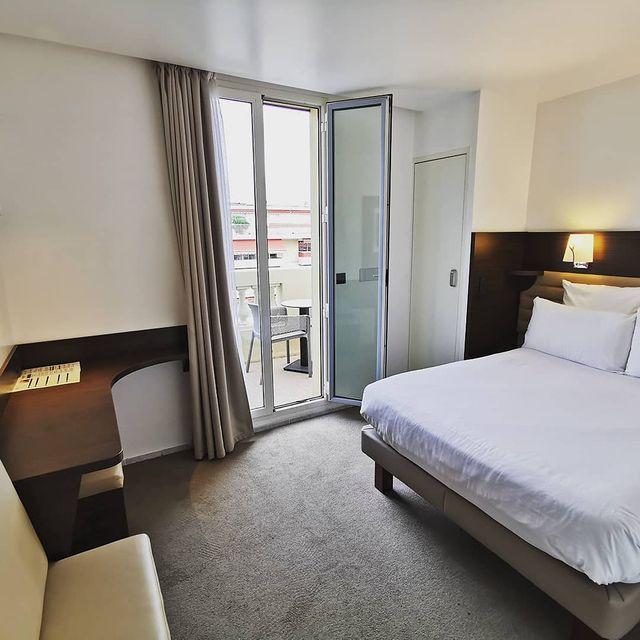 ***Nos chambres*** Peu importe si vous voyagez seul, en couple, avec des amis ou en famille, nous pouvons vous proposer une large gamme de chambres. Notre sélection va de la chambre single, double, suite ou chambre familiale et même un duplex.  N'hésitez pas à nous contacter ou visiter notre site pour plus de renseignement ou une réservation. www.hotelmonsignynice.com +33 4 93 88 27 35 info@hotelmonsignynice.com  #hotel #monsigny #cotedazurfrance #nicefrance #nicecotedazur #ilovenice #cotedazurfrance#niceliberation #chambres #rooms #vacation #vacances #sun