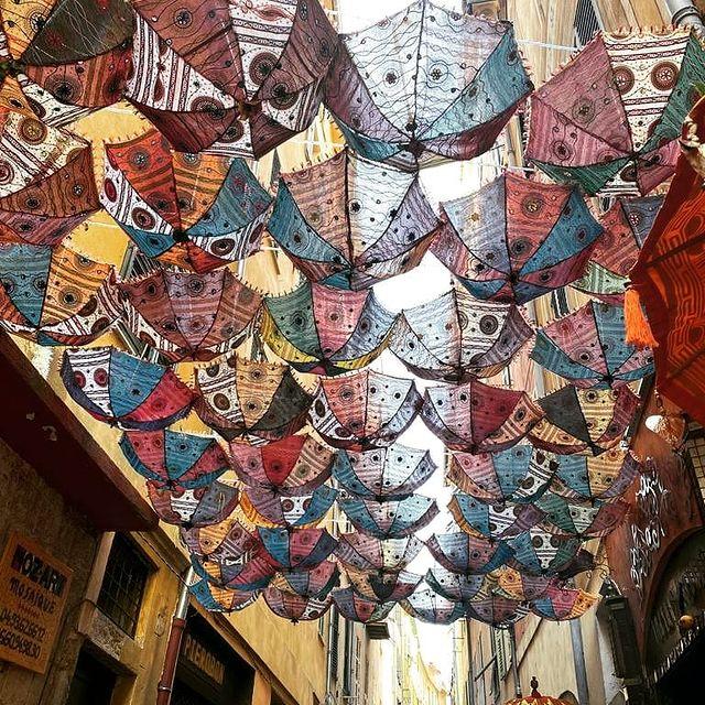Parfois c'est un petit détail qui fait la différence 😍 Connaissez-vous cet endroit dans le vieux Nice ? ********************** Something it's a small detail which makes the difference 😍 Do you know this place in the oldtown of Nice?  #hotel #monsigny #hotelmonsigny #cotedazurfrance #ilovenice #frenchriviera #oldtown #decoration #voyage #travel #parapluie #vieuxnice