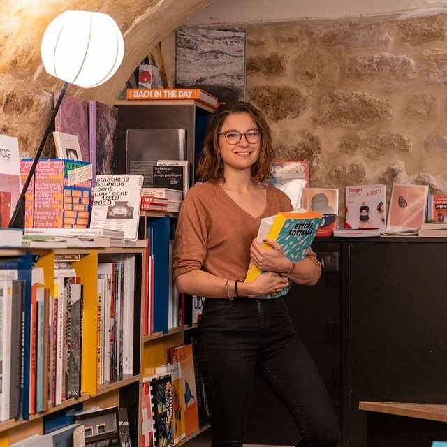 Nous sommes très attachés à notre communauté : nous adorons le 10e arrondissement et souhaitons vous le faire découvrir ! . Aujourd'hui la librairie @librairielouvreboite  . Gaëlle est la gérante de l'ouvre boîte, une librairie fantastique, avec une merveilleuse sélection de livres sur la photographie, l'architecture, la peinture, le graphisme, le design, le cinéma, la musique et la cuisine.  Rencontrez nos voisins : https://linktr.ee/hotelparadis  We @hotelparadis are big on community: we love the 10th arrondissement & like to show him some love ! .Today the bookstore @librairielouvreboite  . Gaëlle is the manager of l'ouvre boîte, a fantastic bookstore, with a wonderful selection of books on photography, architecture, painting, graphics, design, cinema, music and cooking. .  Meet our neighbors : https://linktr.ee/hotelparadis . #lesvoisinsduparadis #hotelparisien #supportlocal #hotelparadis #booklover #paris10 #paris10eme #librairie #bookstore #bookshop