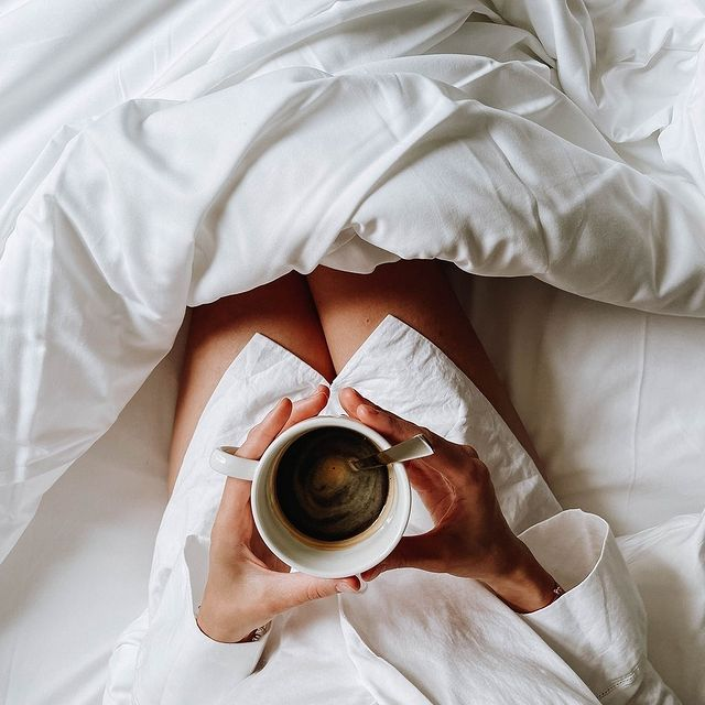 Oui, nous sommes Lundi mais vous pouvez rester un peu plus longtemps au lit ☕. . . We know, it's Monday but you may stay a little longer in bed ☕  #HotelParadis #GintoHotels #Monday #HotelRoom #InstaHotel #HotelLovers #placetostay #parishotels
