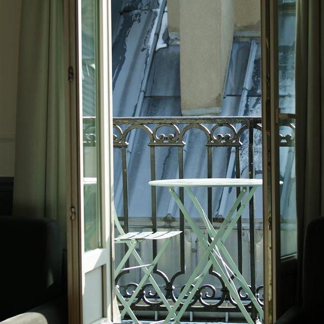 Souvenir d'un Paris enneigé ❄️  Have a lovely Sunday evening! ___________________________________  #travel #Parisianlover #hotelover #Parissecret #Haussmann #hotellife #Instatravel #Montmartre #Operagarnier #roomwithaview #lemarais # #interiordesign