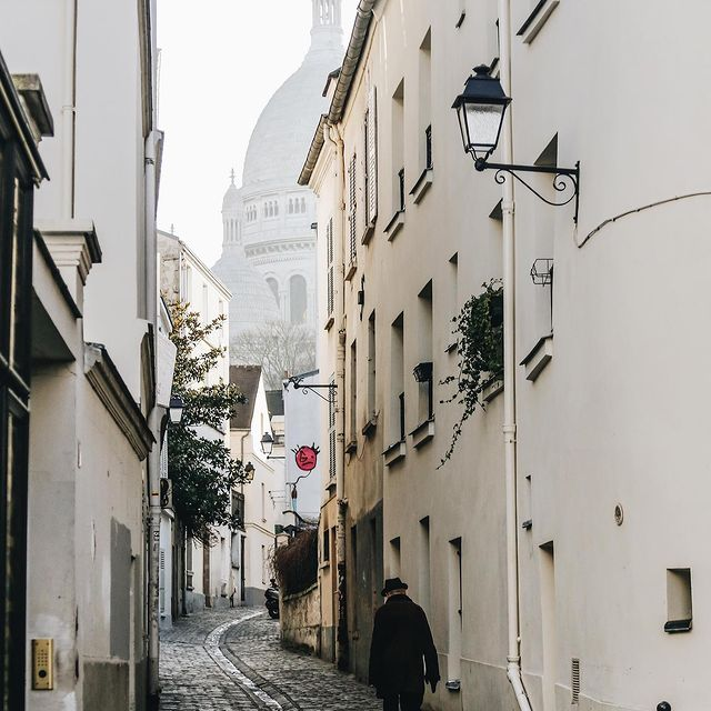 Profiter des jours qui rallongent et de l'arrivée du Printemps en se baladant dans les rues de Montmartre 🤍  -  Enjoying days that get longer and the coming of Spring by taking a walk in Montmartre's streets 🤍 ___________________________________  #travel #Parisianlover #hotelover #Parissecret #Haussmann #hotellife #Instatravel #Montmartre #Operagarnier #roomwithaview #lemarais # #interiordesign