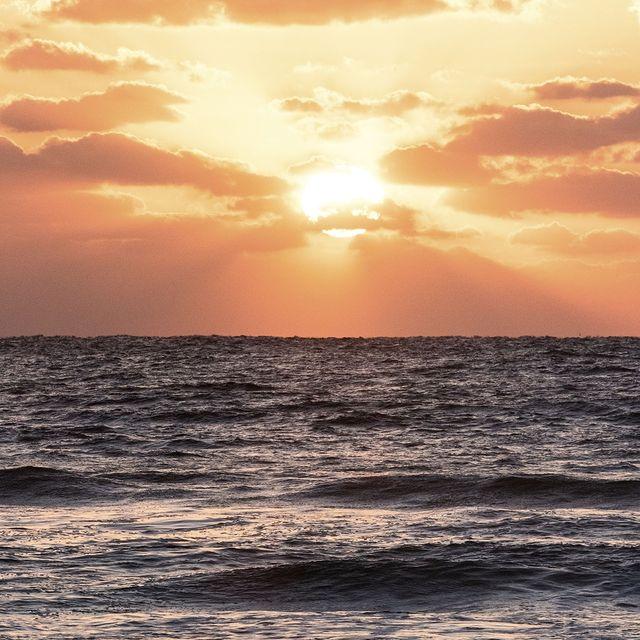 Golden Hour 🌅 📷 Merci à @camdamphotography d'avoir capturé ces jolies couleurs  . 📷 Thank you @camdamphotography for capturing these pretty colours  #Biarritz #Biarritztourisme #Biarritzinlove #Cotebasque #Paysbasque #Basquecountry #SunsetPhotography #Coucherdesoleil #Skylovers #Sunset_captures